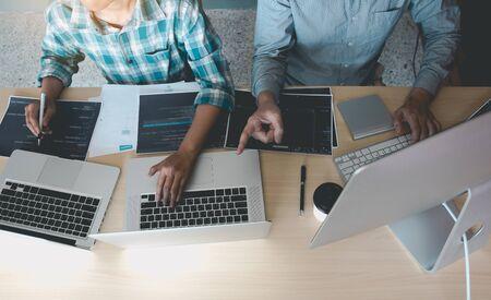 Entwicklung von Programmier- und Codierungstechnologien, die in einem Softwareingenieur arbeiten und gemeinsam Anwendungen im Büro entwickeln. Standard-Bild