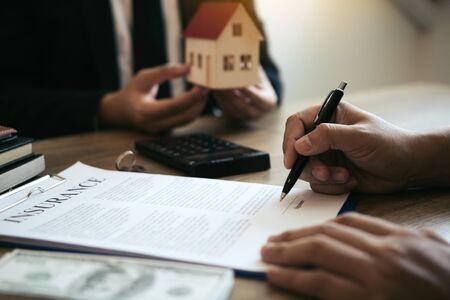 Les courtiers d'assurance signalent la signature d'un contrat d'assurance et expliquent aux clients au bureau.