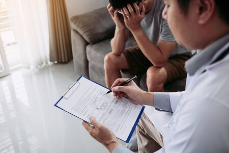 Die Patienten sind besorgt und gestresst, während der Arzt das Haus besucht und die Behandlungsergebnisse erklärt.