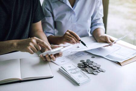 Zwei asiatische Paare und Männer und Frauen analysieren gemeinsam Ausgaben oder Finanzen auf Sparkonten und täglichen Einkommensquellen mit einem Sparkonzept.