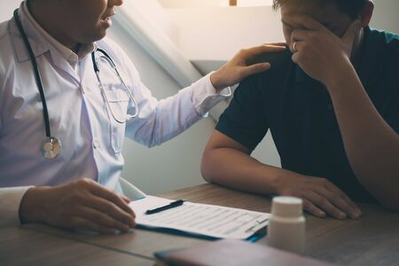 Doctor is comforting the patient after notifying the patient about the outcomes of treatment. Stockfoto