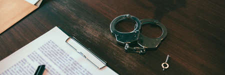 The handcuffs are placed on the desk in the investigation room. Standard-Bild