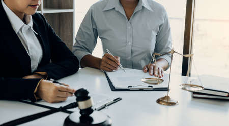 Business lawyer is currently counseling the client's trial at the lawyer office. Standard-Bild