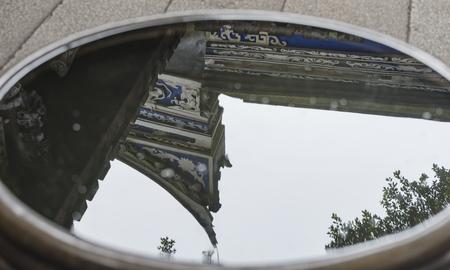 Wasser Reflexionen der Traufe Standard-Bild - 79558731