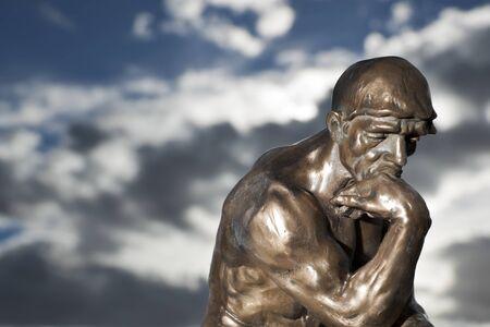 Le Penseur de Rodin - Statue en bronze Banque d'images
