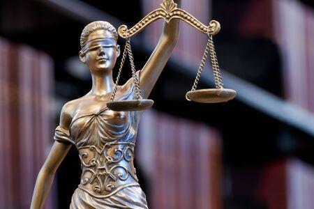 Brązowy posąg Temidy - symbol Sprawiedliwości