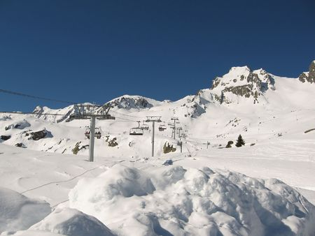wintersport: A sunny day at Wintersport Les Sybelles France