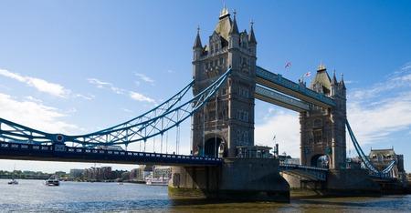 タワーのテームズ川の橋
