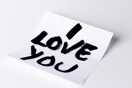 te quiero: Te amo tarjeta en un fondo blanco, estudio aislado