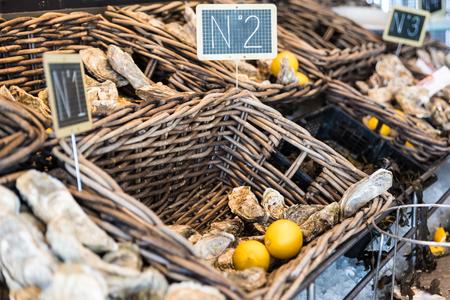 huîtres fraîches dans une boîte sur le marché