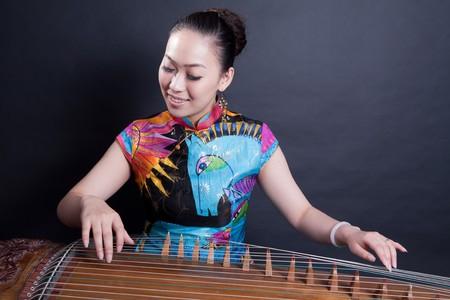 앉아서 놀고있는 중국 치터 소녀