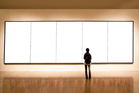 iluminado: Galería de arte, niña mira el cuadro vacío de Shanghai