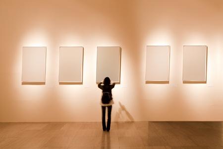 mus�e: Shanghai Art Gallery, regardez fille au cadre blanc Banque d'images