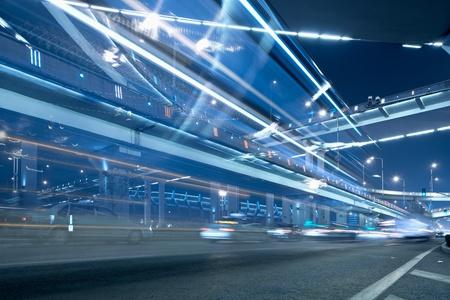 중국 상하이 밤에 가벼운 산책로에서 Megacity 고속도로.