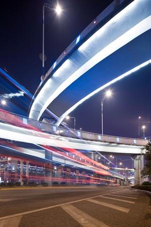 중국 상하이 밤에 가벼운 산책로에서 Megacity 고속도로