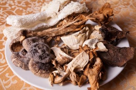 plato del buen comer: variedad de condimentos de alimentos en un plato blanco Foto de archivo