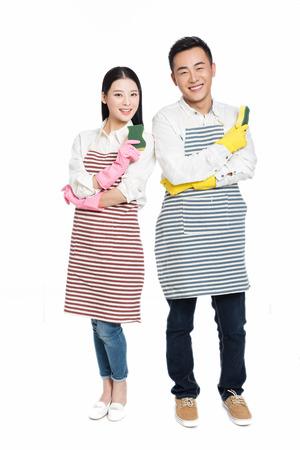 servicio domestico: pareja herramienta de limpieza celebrar en fondo blanco