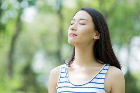 oxygen: Chica asiática tomar una respiración profunda Foto de archivo