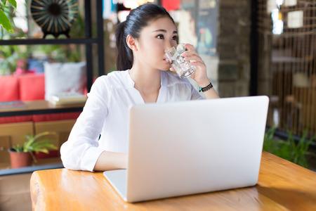 agua potable: café de la mañana en un café internet