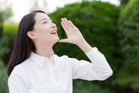 chicas sonriendo: chica gritando en el parque Foto de archivo