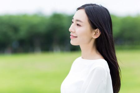 공원에서 흰색 드레스와 소녀 스톡 콘텐츠