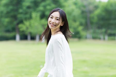공원에서 흰색 드레스와 아시아 여자 스톡 콘텐츠