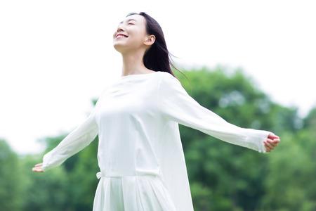 Mujer china disfrutando de la naturaleza