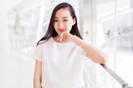 흰 드레스에 chines 어린 소녀 스톡 콘텐츠