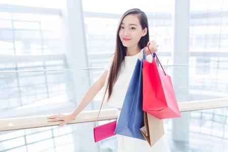 chicas de compras: joven muchacha china con sus bolsas de la compra