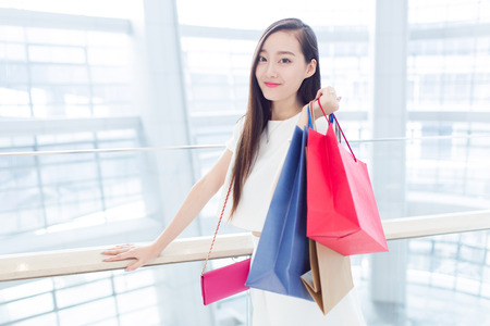 chicas de compras: young chinese girl with her shopping bags