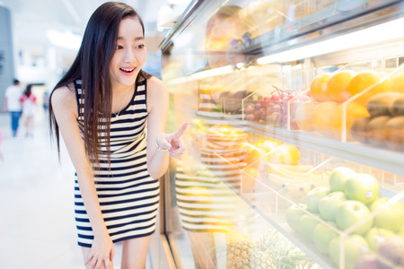 chinese girl enjoying her grocery shopping time in a supermarket Stok Fotoğraf