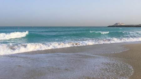clima tropical: en Sudáfrica, el hermoso clima tropical, mar azul, las olas blancas