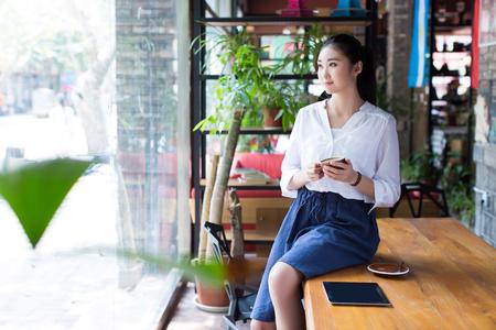 카페에서 그녀의 태블릿 컴퓨터를 사용하는 젊은 여자