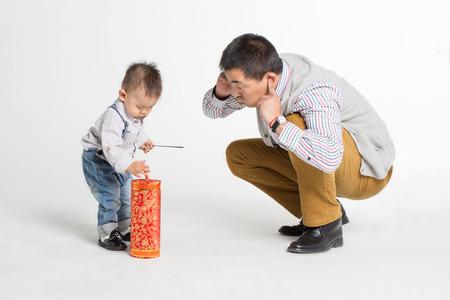 아버지와 아들 화재 크래커 재생의 초상화