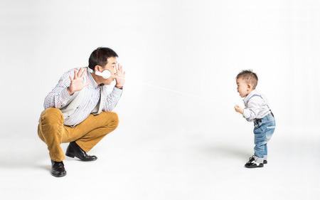 en cuclillas: Retrato de un padre y su hijo jugando