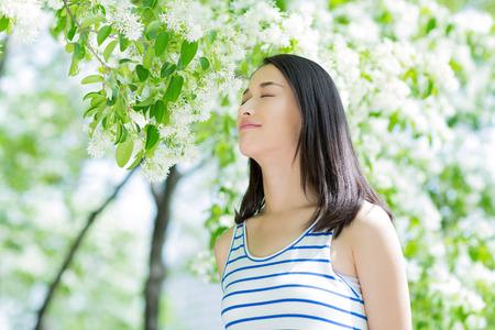 femmes souriantes: jeune femme marche dans le parc, profiter de l'�t�