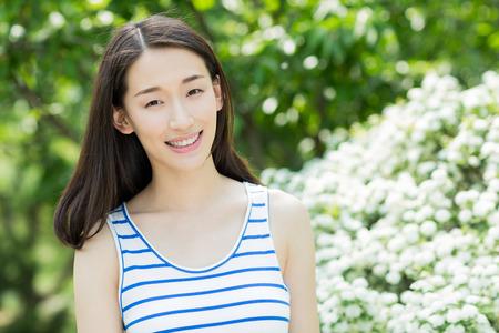 niñas chinas: mujer joven chino sonrisa feliz en el parque Foto de archivo