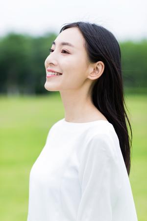 화창한 날에 흰색 드레스 공원에서 소녀