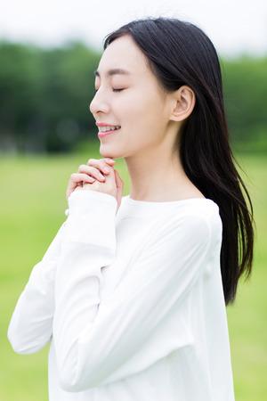 orando: muchacha china orar en silencio