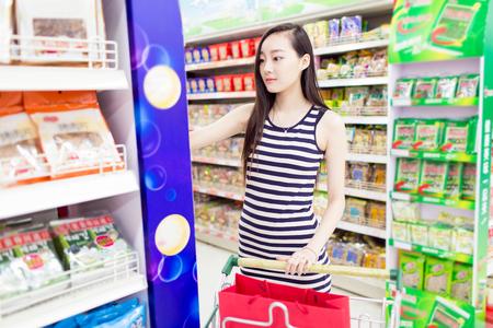 중국 소녀는 슈퍼마켓에서 스톡 콘텐츠