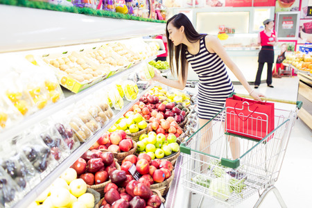 chinese girl in the supermarket Reklamní fotografie - 45459468