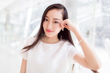 흰색 드레스를 입고 중국 여자