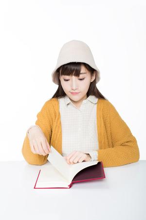 책을 들고 교실에서 귀여운 중국 여자 학생 읽기.