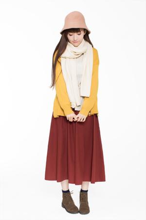 사랑스러운 아름 다운 중국 소녀, 흰색 스튜디오에서 서 움직임을 보여줍니다