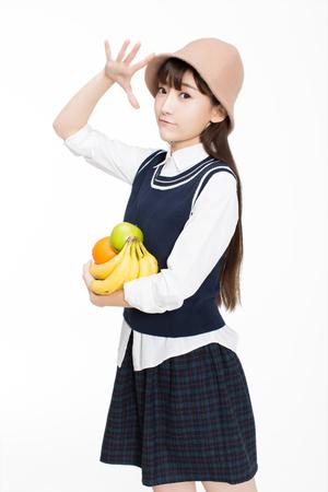 예쁜 c 중국 소녀, 그녀는 방에 과일을 들고. 흰 바탕에