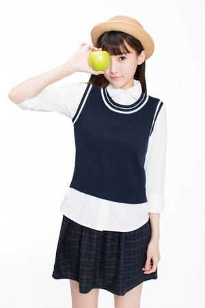 manzana verde: c chica bastante hinese, pan de ella y frutas en la habitación. En el fondo blanco Foto de archivo