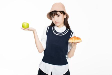 예쁜 c 중국 소녀, 그녀는 빵과 과일 방에 들고. 흰 바탕에