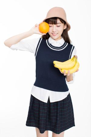 과일을 들고 예쁜 중국 소녀