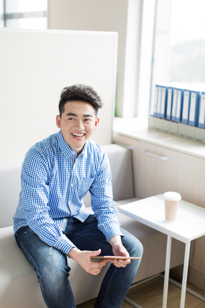 파란색 셔츠를 입고 중국 젊고 잘 생긴 젊은이