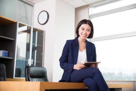 젊은 아름다운 소녀, 사무실에 앉아 그녀의 작품을 시작했다.